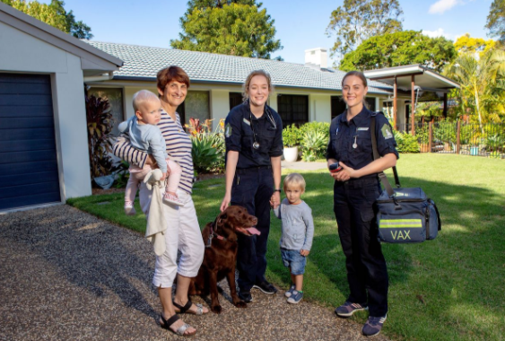emergency vet sunnybank - THCV team with family and pet